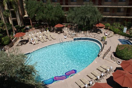 Embassy Suites Phoenix Airport at 24th Street: View of the pool outside our room
