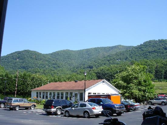 Maggie Valley Creekside Lodge: view of the pool house