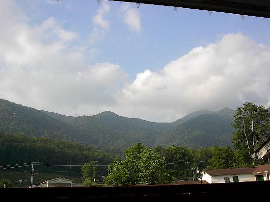 Maggie Valley Creekside Lodge: View from outside front of room 2nd flr.