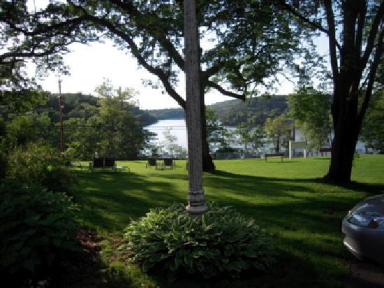 White Rose Inns: view from Sherman house yard overlooking the river