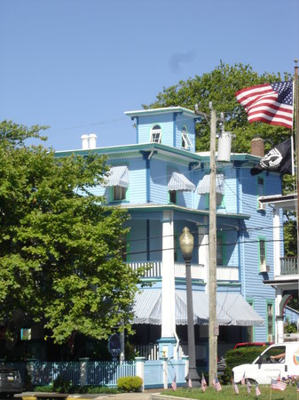 Summer Cottage Inn: A view of the Inn from Columbia Ave. near monument