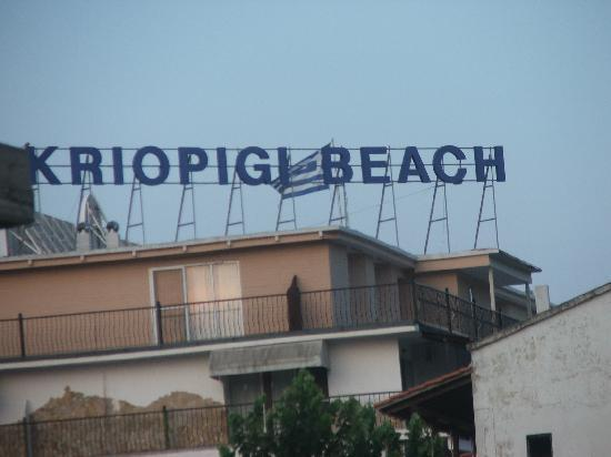 Kriopigi Beach Hotel: Hotel from the street