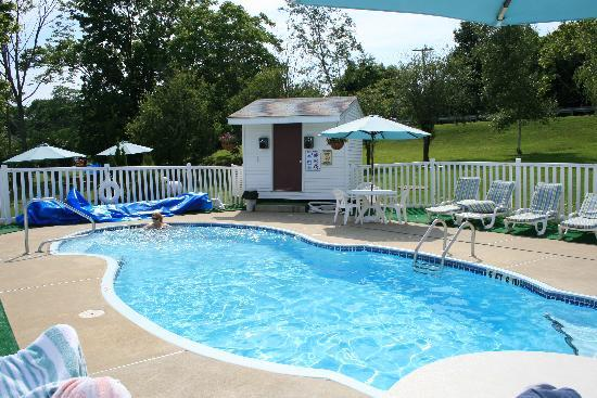 Rockport, ME: Pool area - not overly large but very clean