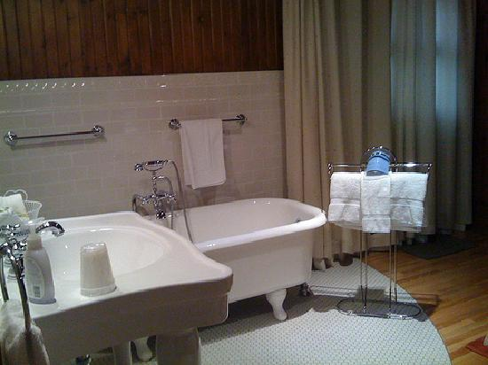 the bathtub in the bedroom of room 3 picture of alexandre logan