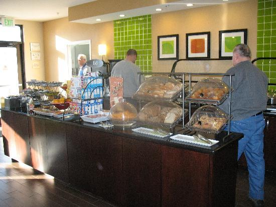 Fairfield Inn Charlotte Mooresville/Lake Norman: Free Breakfast Buffet was great!