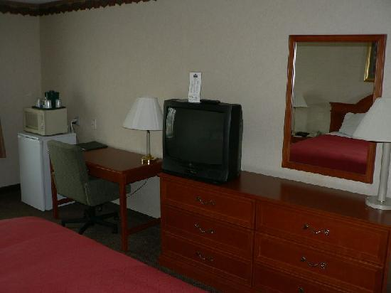 Country Inn & Suites - Bel Air East: TV and desk