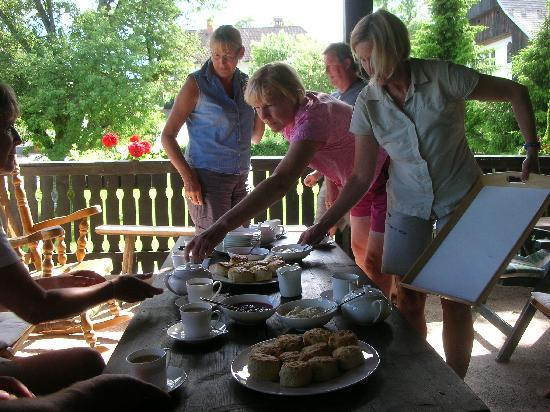 Pri Lenart Hotel: Sarah delivers the cream tea