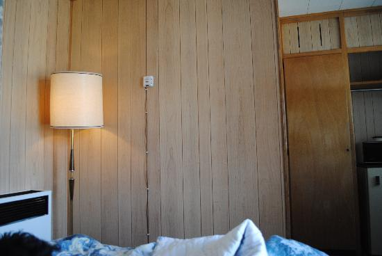 Stop Inn Motel: Wood Panelling