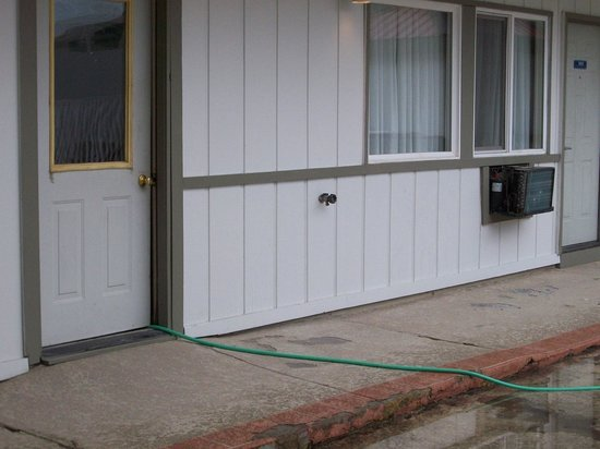 Yellowstone Park Inn &amp; Suites: Hose coming out of building