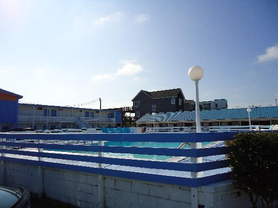 Ocean House Motel: pool in the middle of the parking lot