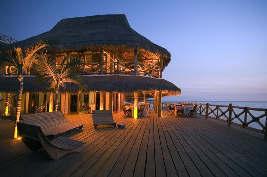Las Nubes De Holbox: Bar and restaurant at night