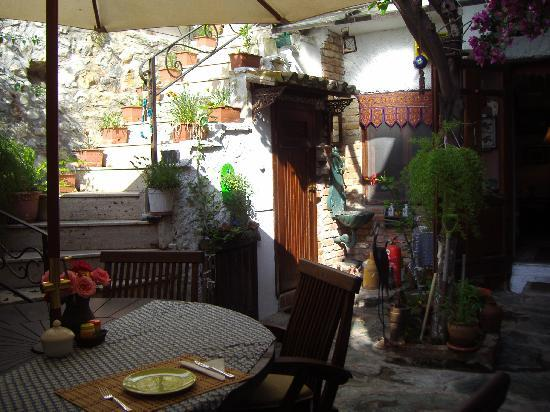 Nazhan Hotel & Cafe: interior courtyard