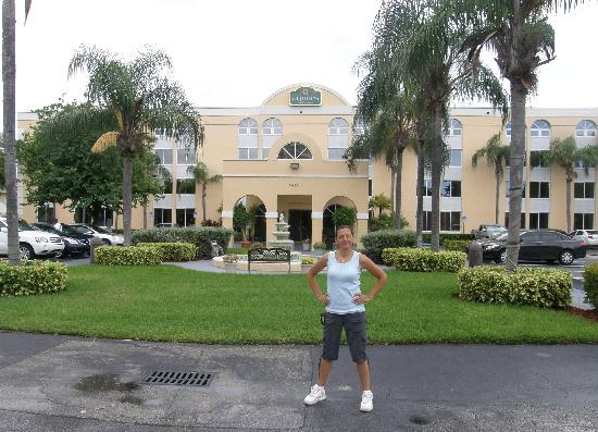 La Quinta Inn & Suites Miami Lakes: outside hotel in Miami