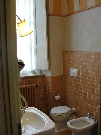 Relais San Lorenzo: Spacious Bathroom