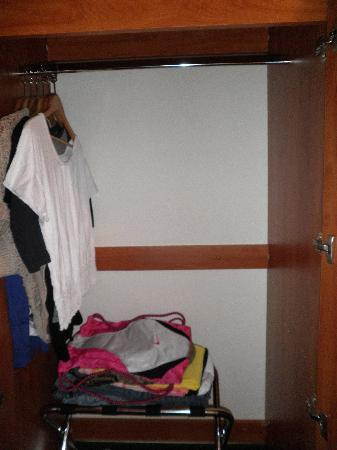 Microtel Inn & Suites by Wyndham Eagle River/Anchorage Area: Closet