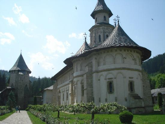 http://media-cdn.tripadvisor.com/media/photo-s/01/90/0b/f8/putna-church-and-grounds.jpg