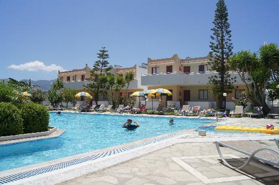 Lenaki Apartments: Part of the pool area