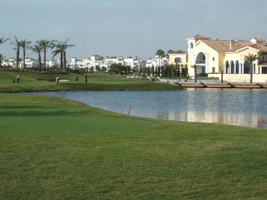 Roldan, Spagna: Think this was the 9th...diffcult par 3 over water right in front of clubhouse !