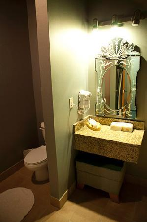 Dimond Center Hotel: Bathroom