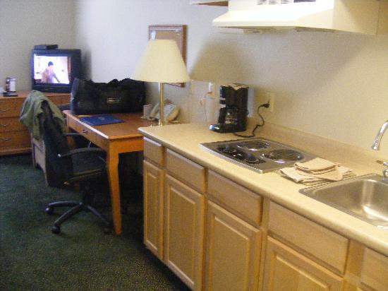 Candlewood Suites Stevensville: kitchenette