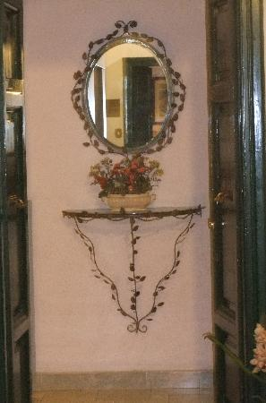 Hotel Silla: mirror in hall