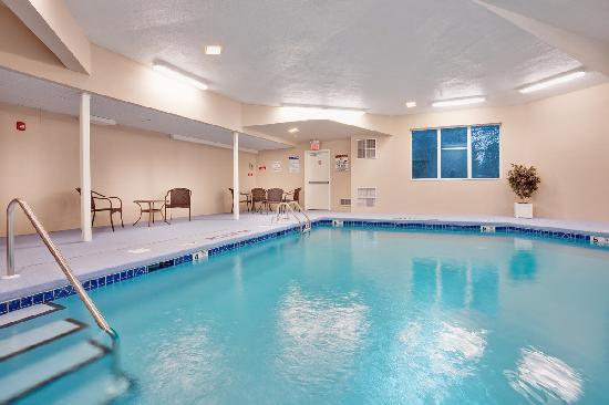 Baymont Inn &amp; Suites East Windsor: Heated indoor pool