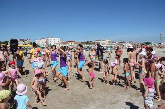 Cervia, Italy: Mini Dance in spiaggia