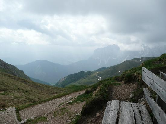 Bressanone (Brixen), Italien: Bench on trail in Dolomites - Sasso Pütia (2.874 m)