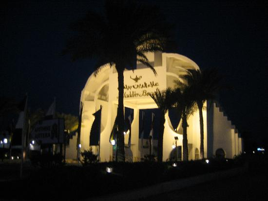 Aladdin Beach Resort: Hotel Gate at night