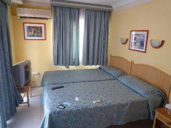 Hotel Roberto Playa : chambre propre et spacieuse 