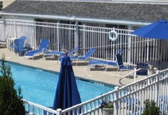 Ship's Inn Resort : hampton beach pool at ships inn hotel