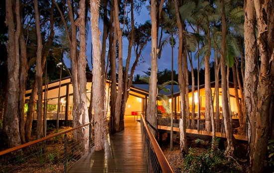 Kewarra Beach Resort & Spa: Main Lodge in the evening at Kewarra Beach Resort
