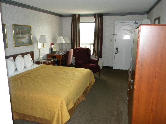 Quality Inn Christiansburg: King room with recliner