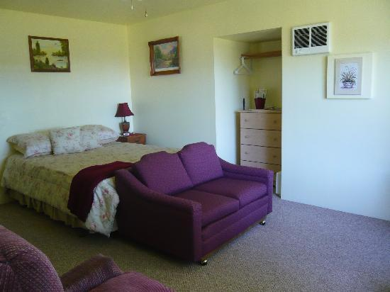 Eaglemount Rockery Cottages: Cottage C, bed-sitting area