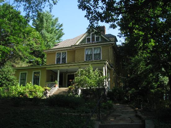 Asheville Seasons Bed and Breakfast: front of the inn