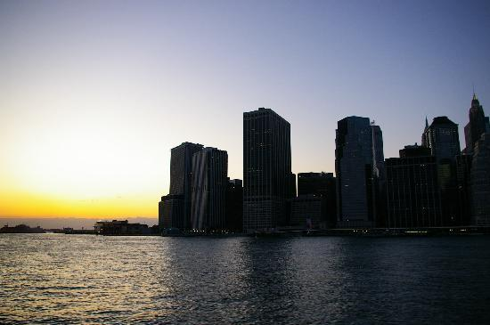 New York City, NY: Skyline vom Boot bei Sonnenuntergang