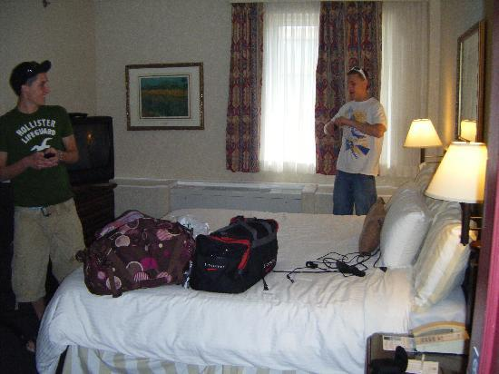 BEST WESTERN Ville-Marie Hotel & Suites: Our tiny room