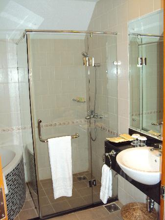Blue Moon Hotel & Spa: Superior room, bathroom