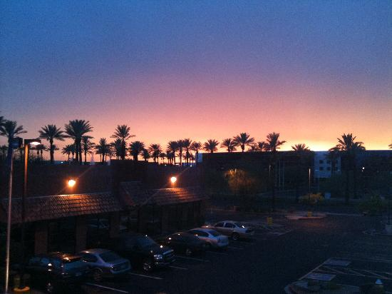 Hilton Garden Inn Phoenix Airport: Sunset over PHX