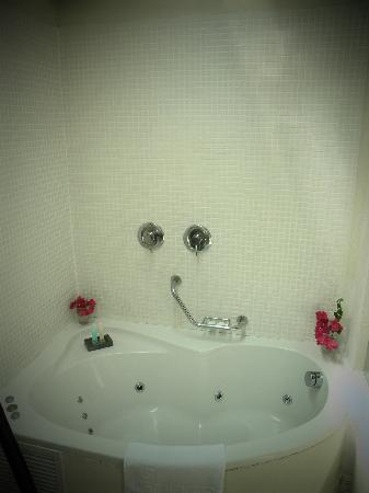 Liart Hotel: jacuzzi in the bath