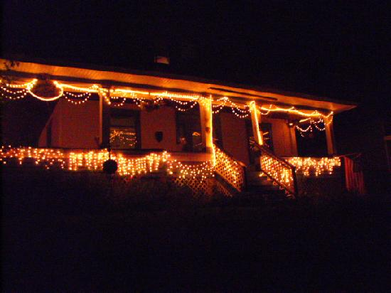 Lavender and Thyme B&amp;B: The house all lit up at night.