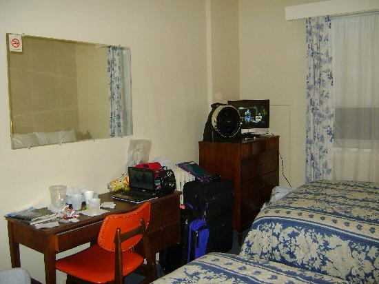 Buchan Hotel: Desk, dresser with flatscreen TV