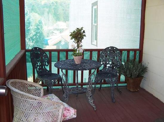Rose Cottage Bed and Breakfast: Porch