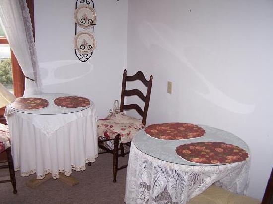 Rose Cottage Bed and Breakfast: Dinning Parlor