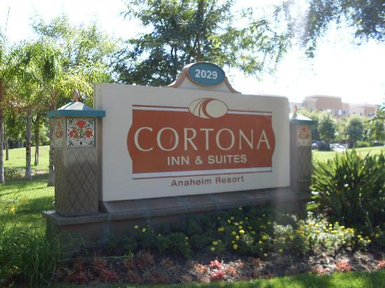 Cortona Inn &amp; Suites Anaheim Resort: Hotel street sign...