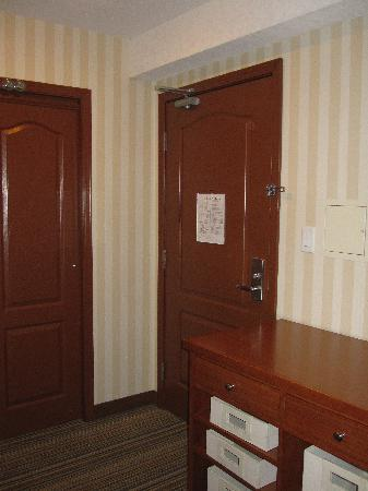 Four Points Prince George: Entrance and closet of suite.