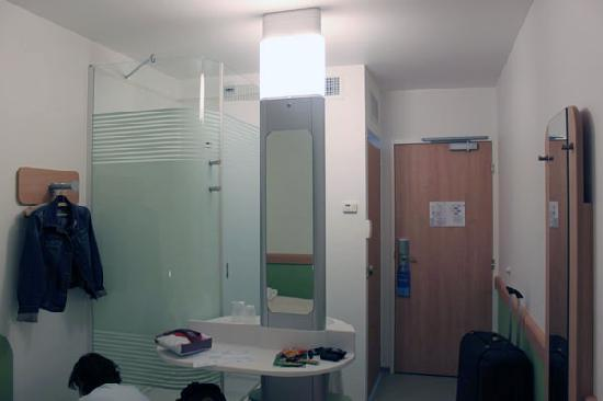 Ibis Budget Perpignan Centre Méditerranée : The sink was in the centre of the room