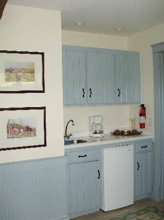 Inn at Old Virginia: Wet bar with fridge, dishes, silverware, etc.