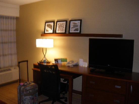 Courtyard by Marriott Salt Lake City Sandy: Desk &amp; TV