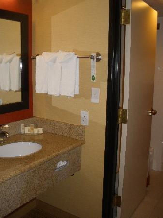 Courtyard by Marriott Salt Lake City Sandy: Sink &amp; door to bathroom